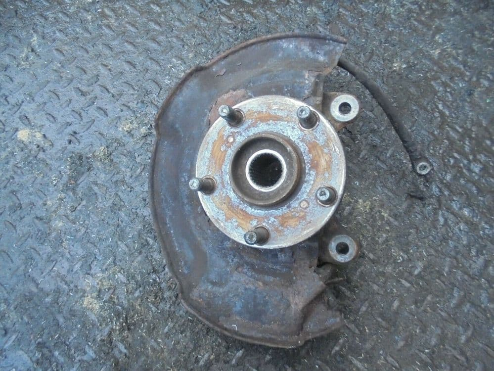 toyota avensis T4 2.2 d4d - drivers front hub (2009-2012)